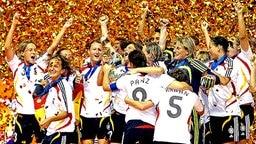 Die deutsche Frauen-Nationalmannschaft feiert den WM-Titel 2007. © dpa