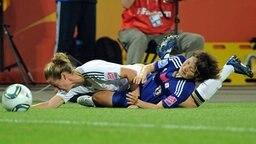 Deutschlands Simone Laudehr (l.) im Zweikampf mit der Japanerin Mizuho Sakaguchi  © dpa