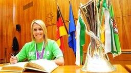 Lena Goeßling trägt sich in das Goldene Buch der Stadt Wolfsburg ein © picture-alliance/Hay/Citypress24