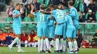Die Spieler des VfL Wolfsburg bejubeln ein Tor in St. Etienne