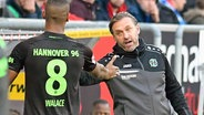 Hannover-96-Trainer Thomas Doll (r.) klatscht mit Walace ab © imago/Nordphoto