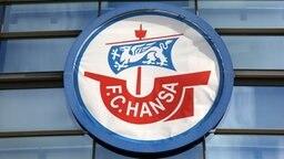 Das Logo des FC Hansa Rostock am Stadion