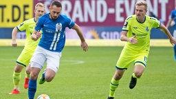 Pascal Breier (Rostock, l.) gegen Lukas Daschner (Duisburg)