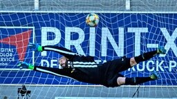 Hansa Rostocks Torhüter Markus Kolke kassiert in der Partie beim Chemnitzer FC das Gegentor zum 0:1