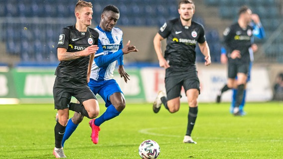 Nico Neidhart (l.) vom FC Hansa Rostock im Duell mit Sirlord Conteh vom 1. FC Magdeburg © picture alliance/Fotostand