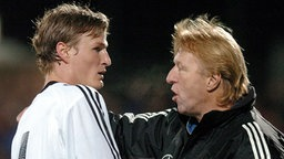Horst Hrubesch 2004 als U-20-Trainer mit Robert Huth. © picture alliance Foto: picture alliance