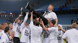 Horst Hrubesch wird nach dem EM-Sieg der U-21 von seinen Spielern gefeiert. © picture alliance Foto: picture alliance