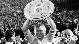 Horst Hrubesch mit der Meisterschale 1983 © picture alliance Foto: picture alliance