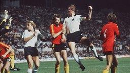 Horst Hrubesch trifft im EM-Finale 1980 zum 2:1 gegen Belgien. © picture alliance Foto: picture alliance