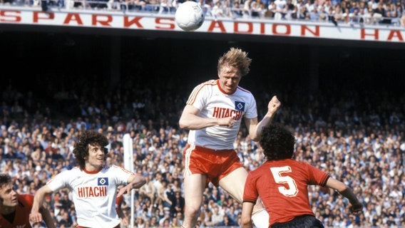 Horst Hrubesch köpft 1978 den Ball, links Kevin Keegan. © Imago Images