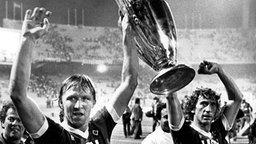 Horst Hrubesch und Ditmar Jakobs mit dem Europapokal der Landesmeister