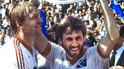 Horst Hrubesch (l.) und Manfred Kaltz mit der Meisterschale © picture-alliance / Sven Simon