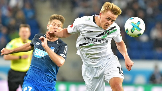 Timo Hübers (r.) von Hannover 96 in Aktion © picture alliance/Fotostand