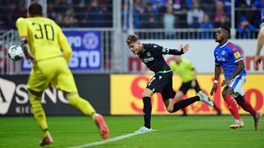 Hannovers Marvin Ducksch (Mitte) trifft per Kopf gegen Holstein Kiel.   Witters