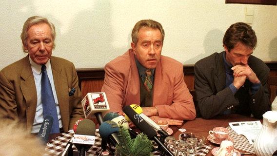 Eckhard Krautzun (M.) zu seiner Zeit als Trainer des FC St. Pauli (Foto aus dem Jahr 1997) © Witters Foto: Frank Boege