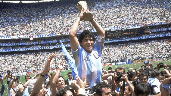 Diego Maradona bejubelt Argentiniens Sieg bei der Fußball-WM 1986 in Mexiko © picture alliance/AP Photo