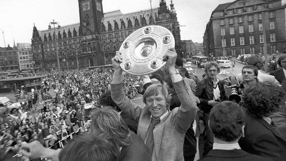 Horst Hrubesch vom HSV jubelt 1979 mit der Meisterschale. © picture alliance