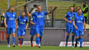 Meppens Christoph Hemlein(3.v.l.)  lässt sich für ein Tor feiern.