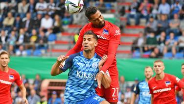 Luca Tankulic (l.) vom SV Meppen im Duell mit Kevin-Prince Boateng von Hertha BSC