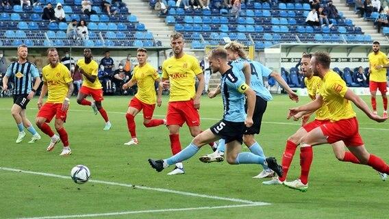 Marcel Siegert dari Mannheim mencetak skor 1-0 melawan SV Mippen © IMAGO / Sportfoto Rudel
