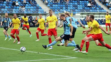 Mannheims Marcel Seegert erzielt das 1:0 gegen den SV Meppen