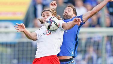 Fynn Lakenmacher (l.) vom TSV Havelse im Duell mit Steffen Puttkammer vom SV Meppen