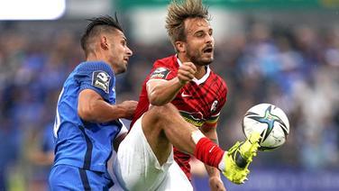 Meppens Luka Tankulic (l.) gegen Sandrino Braun-Schumacher vom SC Freiburg II