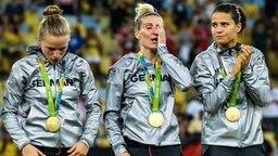 Die Olympiasiegerinnen Tabea Kemme, Anja Mittag und Dzsenifer Marozsan (v.l.) © imago/Eibner