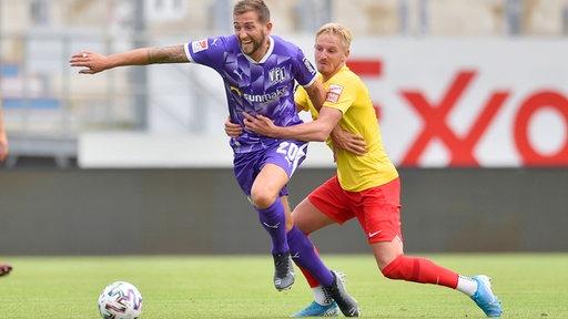 Marc Heider vom VfL Osnabrück (l.) im Zweikampf mit Willi Evseev vom SV Meppen