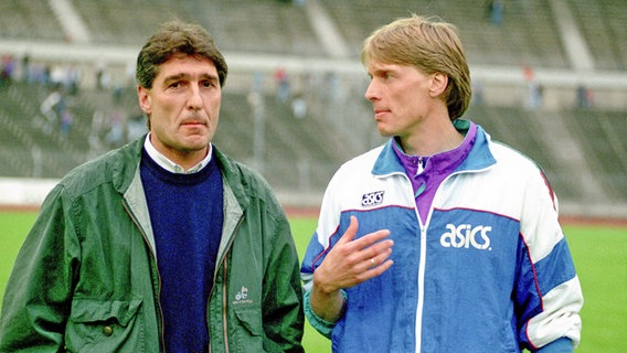 Oldenburgs Manager Rudi Assauer (l.) mit Trainer Wolfgang Sidka im Jahr 1991. © imago-images Foto: nph / Rust