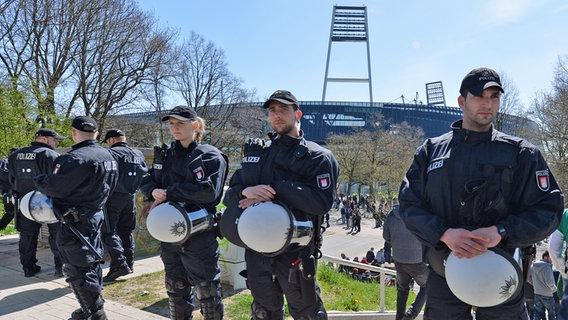 polizisten im einsatz vor dem bremer weserstadion - Polizei Bremen Bewerbung