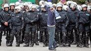 Ein HSV-Fans und viele Polizisten © imago images /DeFodi
