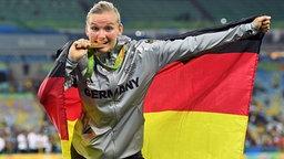 Alexandra Popp vom VfL Wolfsburg beißt auf die olympische Goldmedaille. © Witters