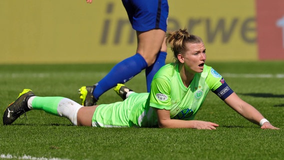 Alexandra Popp vom VfL Wolfsburg liegt am Boden. © IMAGO / Sports Press Photo