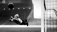 Bert Trautmann hechtet 1951 nach einem Ball. © picture alliance / Photoshot