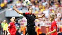 Die deutsche Stürmerin Lena Lotzen (M.) im EM-Finale gegen Norwegen in Aktion  © imago/Huebner Foto: Jan Huebner