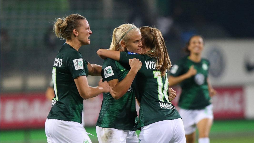 fb9de247d Die Fußballerinnen des VfL Wolfsburg sind in dieser Saison auch in der  Champions League nicht zu bezwingen. Am Mittwoch erreichte die Mannschaft  von Trainer ...