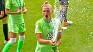 Kapitänin Alexandra Popp vom VfL Wolfsburg feiert den Gewinn der Meisterschaft © imago images / Sports Press Photo