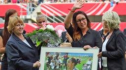 Nadine Keßler (zweite von r.) wird von der Nationalmannschaft verabschiedet © imago/foto2press
