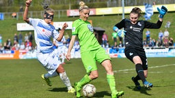 Die Wolfsburgerin Anja Mittag (M.) im Spiel beim MSV Duisburg in Aktion  © imago/foto2press