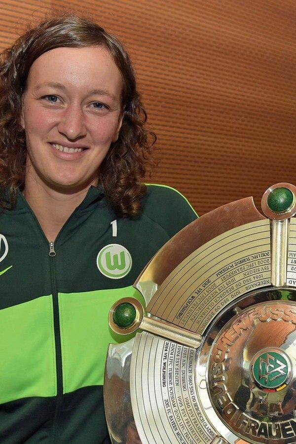 VfL Wolfsburg: Torhüterin Schult wird Mutter - NDR.de
