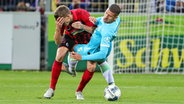 Jeffrey Bruma (Wolfsburg) im Zweikampf mit Freiburgs Nils Petersen (l.) © imago images/Beautiful Sports