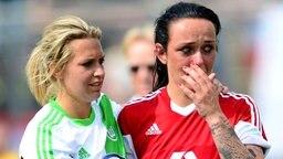 Wolfsburgs Lena Goeßling (l.) tröstet Frankfurts Peggy Kuznik © dpa-Bildfunk Foto: Peter Steffen