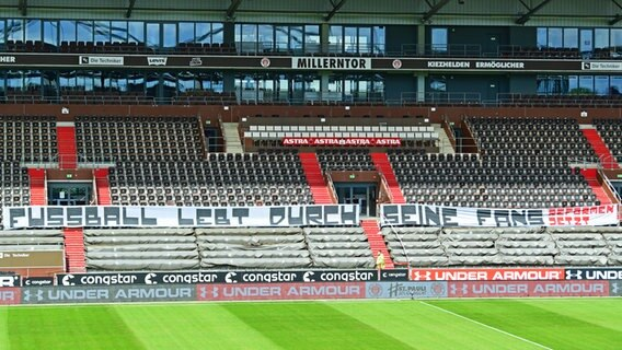 "Transparent ""Fussball lebt durch seine Fans"" im Millerntor-Stadion in St. Pauli. © Groothuis/Witters/Pool/Witters Foto: TimGroothuis"
