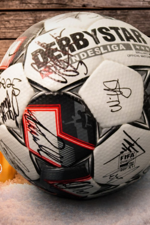 Fußball mit Autogrammen der Stars gewinnen!