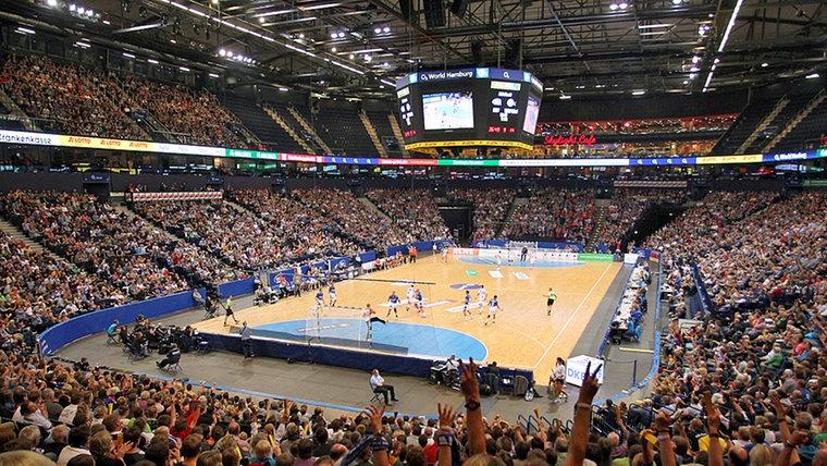 Die Arena in Hamburg beim Spiel gegen Kiel © Fishing4