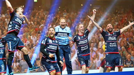 Flensburg feiert die deutsche Meisterschaft. © imago/Beautiful Sports Foto: BEAUTIFUL SPORTS/Mario M. Koberg