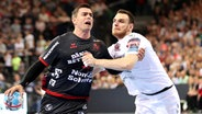 Flensburgs Rasmus Lauge (l.) im Zweikampf mit Veszprems Borut Mackovsek © imago images / Beautiful Sports