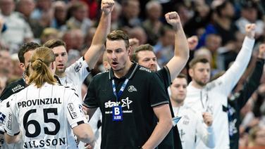 THW Kiels Trainer Filip Jicha (Mitte) jubelt gegen die TSV Hannover-Burgdorf | picture alliance/Frank Molter/dpa