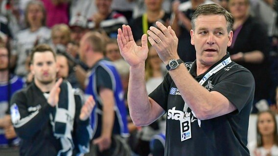 THW-Trainer Alfred Gislason applaudiert © imago images / Oliver Ruhnke